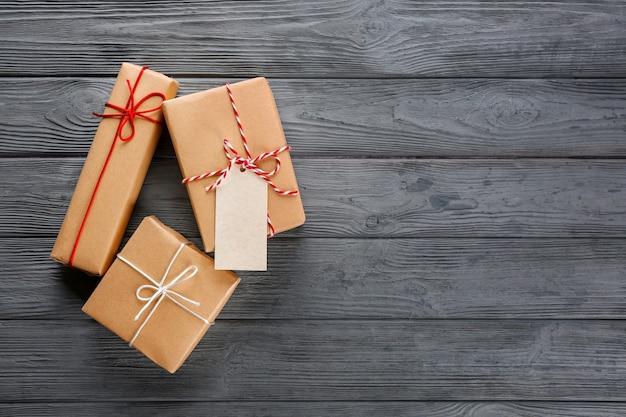 Pudełka na prezenty na drewnianym tle