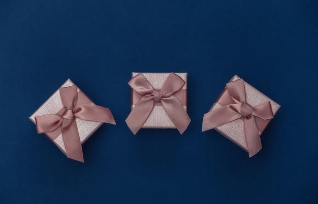 Pudełka na prezenty na klasycznym niebieskim tle. kolor 2020. widok z góry