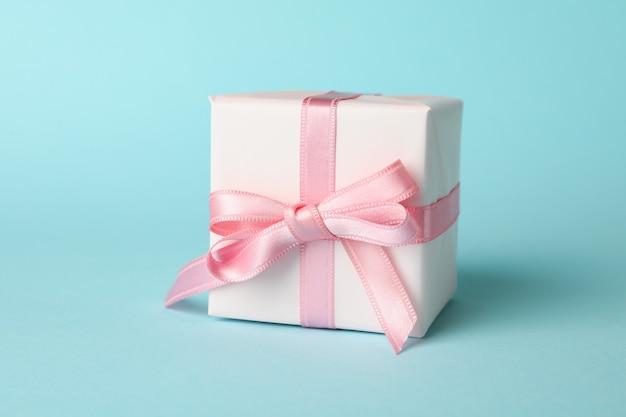 Pudełka na prezenty na niebieskim tle, z bliska
