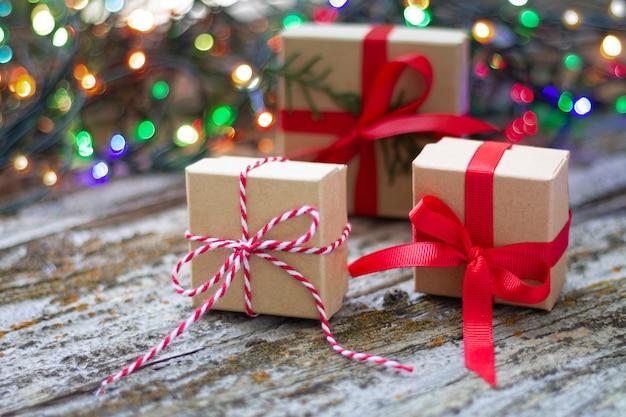 Pudełka na prezenty na tle migoczących światełek imprezowych