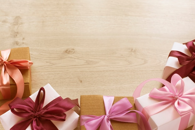 Pudełka na prezenty ozdobione satynową tasiemką.