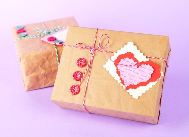 Pudełka na prezenty papierowe na kolorowym tle