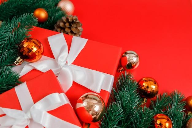 Pudełka na prezenty świąteczne, bombki i gałąź jodły, zbliżenie
