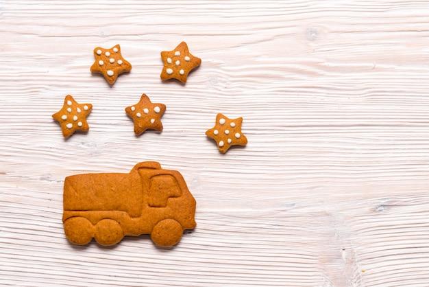 Pudełka na prezenty świąteczne i ciężarówka z piernika