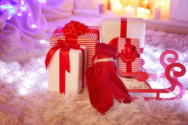 Pudełka na prezenty świąteczne i dekoracje na miękkim dywanie, wewnątrz