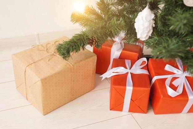 Pudełka na prezenty świąteczne i jodła, widok z góry.