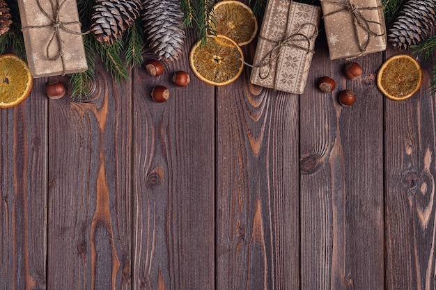 Pudełka na prezenty świąteczne i jodły na podłoże drewniane