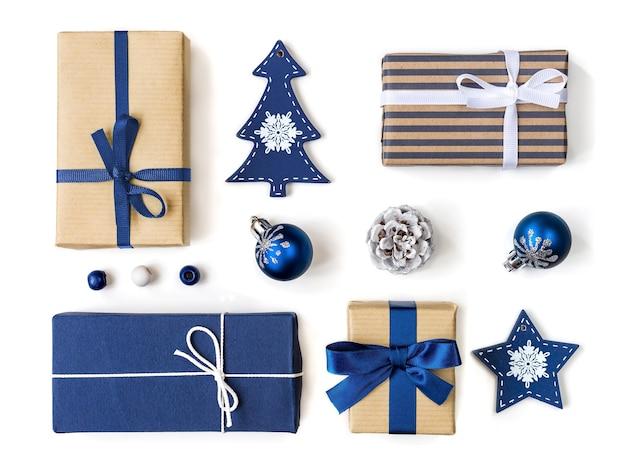 Pudełka na prezenty świąteczne i kolekcja bombek w kolorze niebieskim do makiety projektu szablonu. widok z góry. płaska makieta świecąca