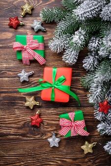 Pudełka na prezenty świąteczne i nitka w paski