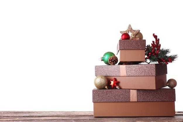 Pudełka na prezenty świąteczne, na białym tle