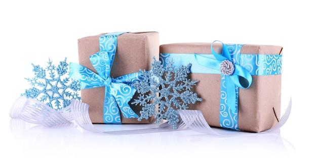 Pudełka na prezenty świąteczne ozdobione niebieską wstążką na białej powierzchni