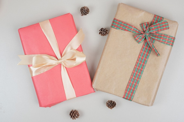 Pudełka na prezenty świąteczne przewiązane wstążkami
