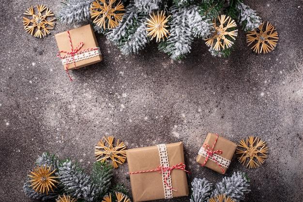 Pudełka na prezenty świąteczne w papierze rzemieślniczym