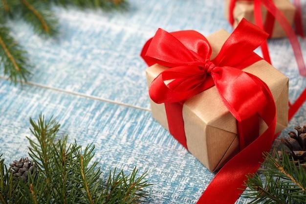 Pudełka na prezenty świąteczne z czerwoną wstążką