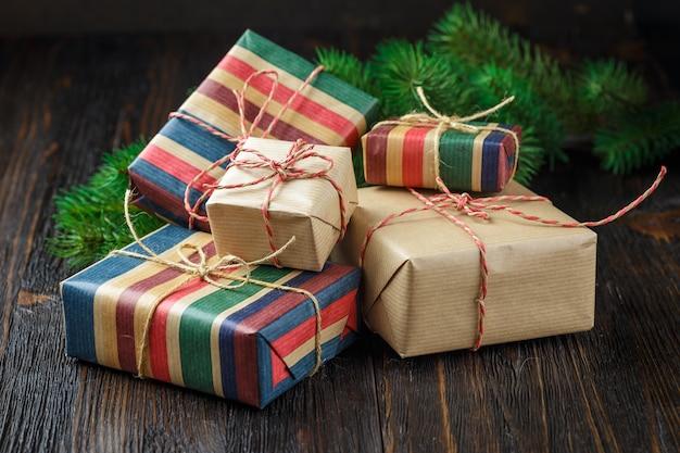 Pudełka na prezenty świąteczne z dekoracją