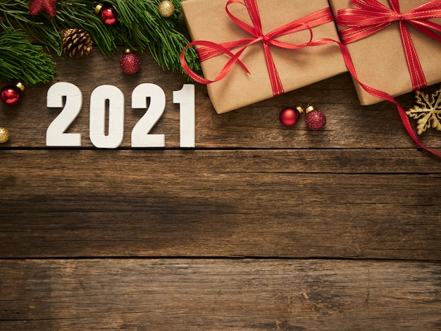 Pudełka na prezenty świąteczne z gałęzi jodły i ozdoby na rustykalnym ciemnym tle drewnianych