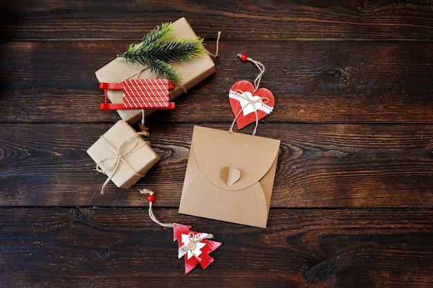 Pudełka na prezenty świąteczne z ozdobami