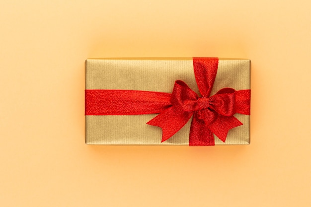 Pudełka na prezenty świąteczne ze wstążkami na kolorowym blacie.