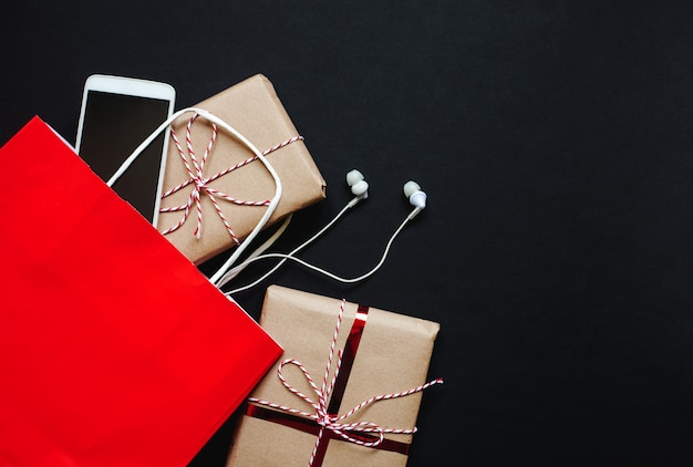 Pudełka na prezenty, torba na zakupy i smartfon na czarny piątek