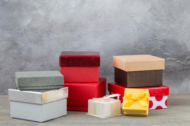 Pudełka na prezenty w różnych kolorach i rozmiarach na stole