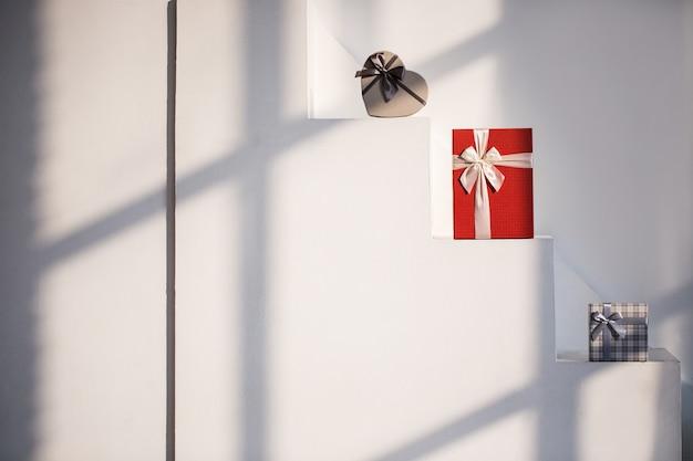 Pudełka na prezenty w słoneczny na białych schodach