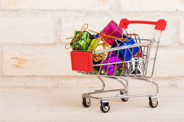Pudełka na prezenty w wózku na zakupy
