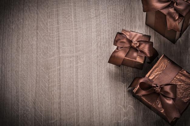 Pudełka na prezenty zapakowane w koncepcję celebracji z błyszczącego papieru.