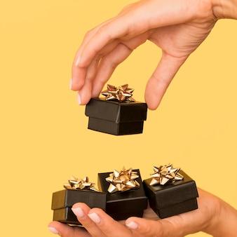 Pudełka na prezenty ze złotą wstążką na widok z boku w czarny piątek