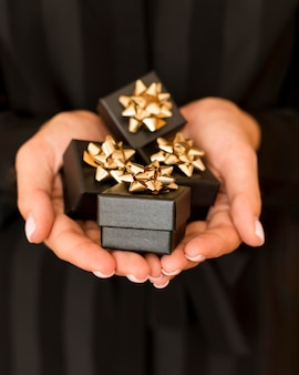 Pudełka na prezenty ze złotą wstążką na widok z przodu w czarny piątek