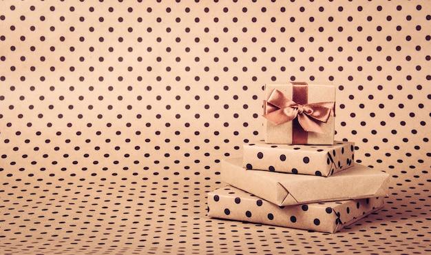 Pudełka na tle polka dot papieru