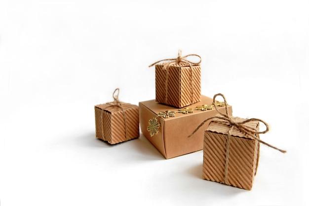 Pudełka papierowe z prezentem na białym tle