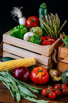 Pudełka pełne różnych rodzajów zdrowych organicznych warzyw na dietę wegańską