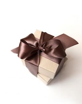 Pudełka z brązowymi kokardkami