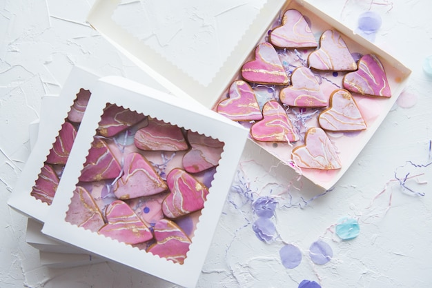 Pudełka z ciasteczkami w kształcie marmurowych serc na prezenty