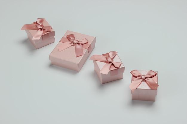 Pudełka z kokardkami na białym tle. kompozycja na boże narodzenie, urodziny lub wesele.