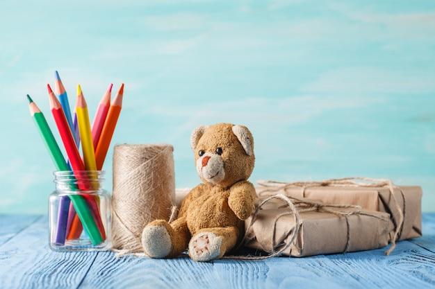 Pudełka z prezentami niespodzianką, życzeniami i misiem
