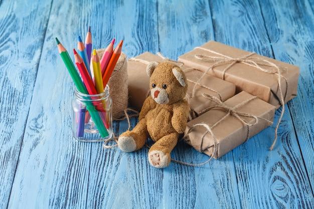 Pudełka z prezentami niespodzianką, życzeniami, urodzinami i misiem