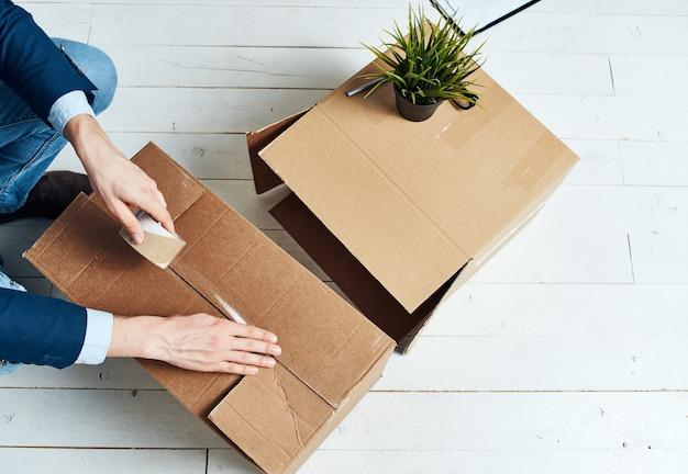 Pudełka z rzeczami pakującymi oficjalne prace biurowe