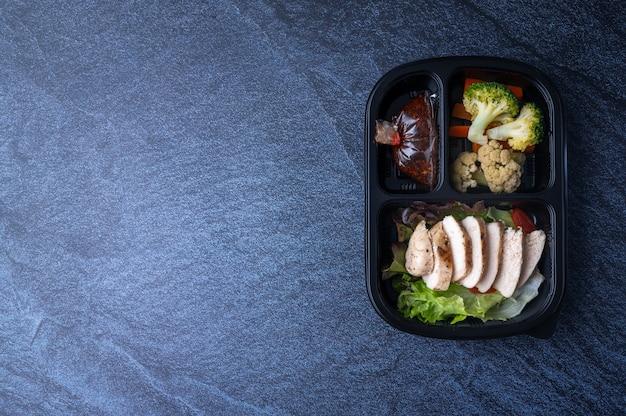 Pudełka ze zdrową żywnością do dostawy dla klientów, którzy zamawiają jedzenie przez internet