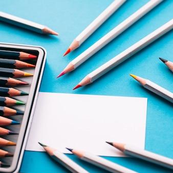 Pudełko arkusza papieru kolorowe ołówki na niebiesko
