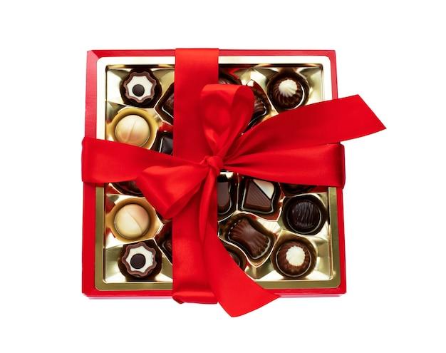 Pudełko czekoladowych pralinek z czerwoną kokardką