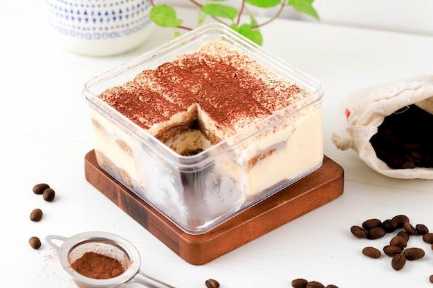 Pudełko deserowe bez pieczenia tiramisu, pokazujące piękną warstwę tiramisu