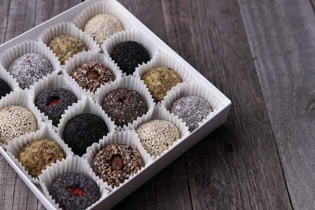 Pudełko energetycznych kulek wegańskich słodyczy na drewnianym stole