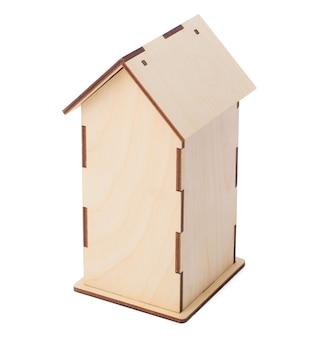 Pudełko herbaty na białym tle. dom kształtem przypomina strzałę.