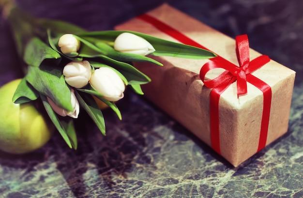 Pudełko i białe tulipany