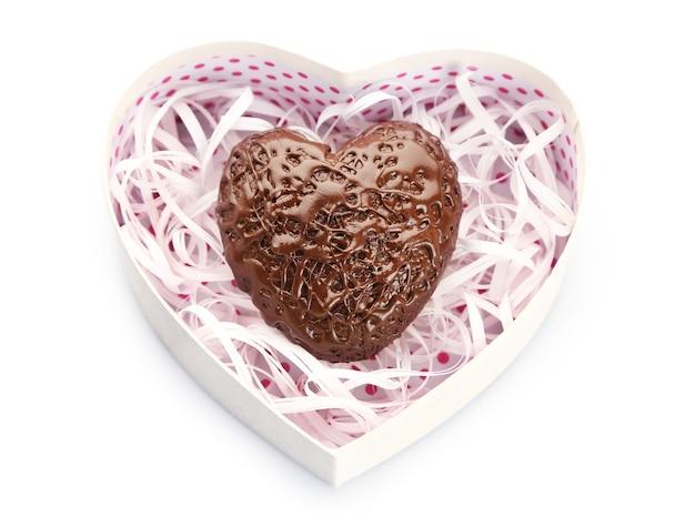 Pudełko i cukierki w kształcie serca, na białym tle
