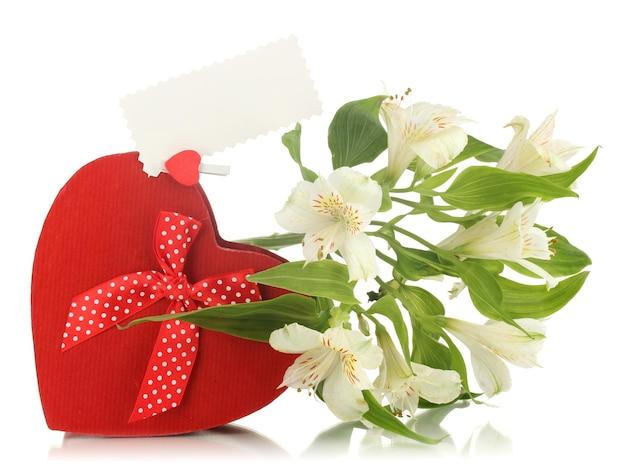 Pudełko i kwiaty na białym tle