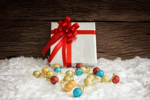 Pudełko i ozdoby choinkowe. motywy świąteczne