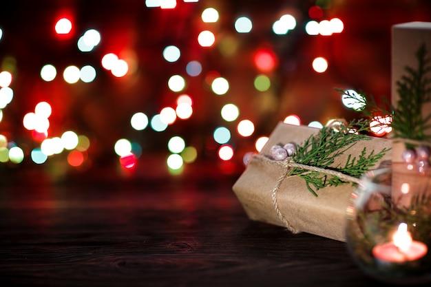 Pudełko i świece z ozdób choinkowych