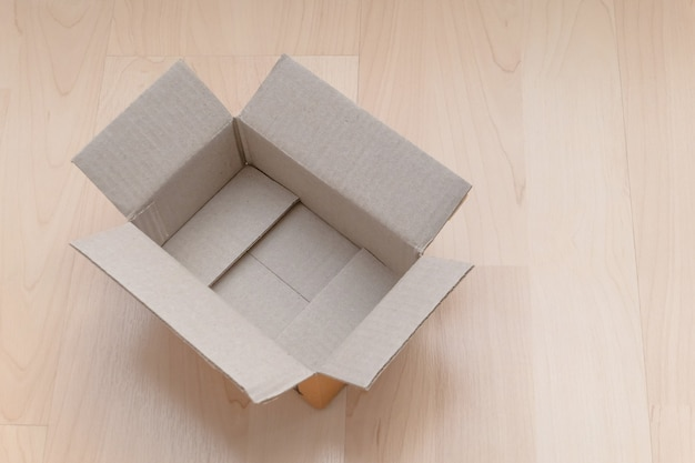 Pudełko kartonowe na drewnie